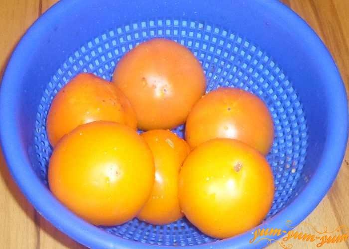 Целые помидоры хорошо моем водой