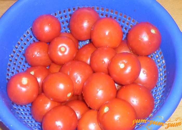 Чтобы заморозить помидоры целиком их нужно помыть и обсушить
