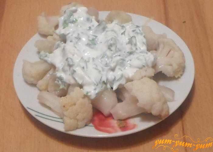 Цветную капусту в сливочном соусе подаем к столу