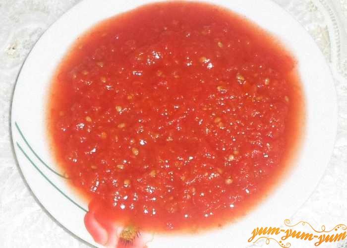 Домашний кетчуп из помидор на зиму можно подавать к столу