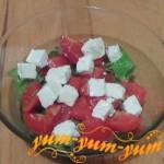 Как приготовить салат с моцареллой и помидорами