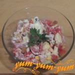 Как приготовить салат с ветчиной, помидорами, сыром и сухариками