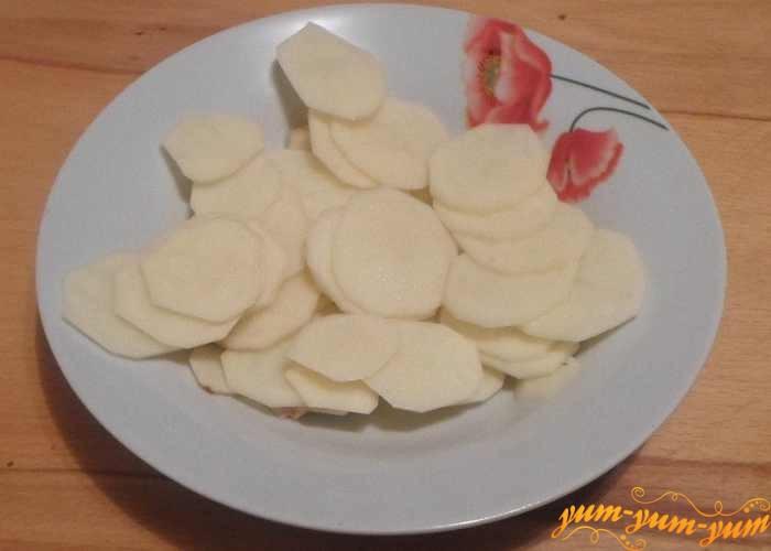 Картофель почистить, нарезать тонкими брусочками