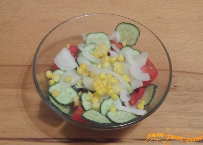 Кукурузу насыпать сверху овощей