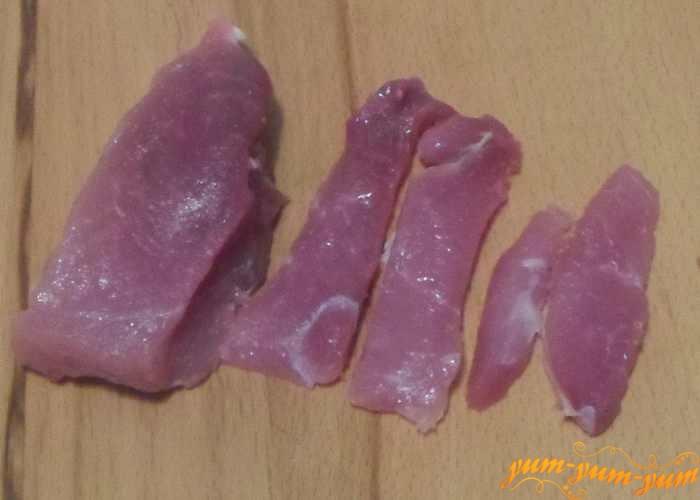 Кусочек мяса помыть и нарезать небольшими кусочками