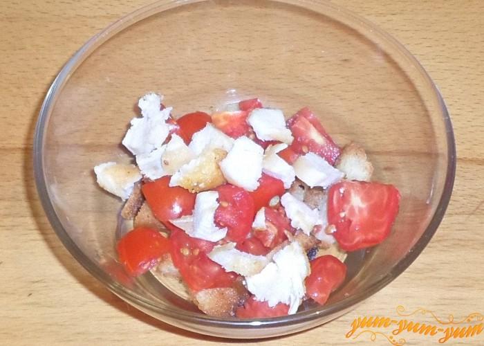 Кусочки куриного филе выложить поверх помидоров
