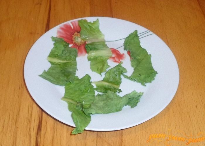 Листья салата нарвать или нарезать крупными кусочками