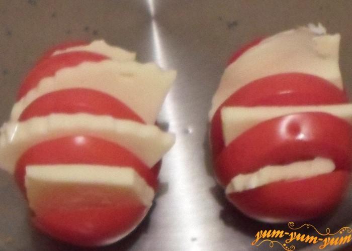 Ломтики сыра вложить между дольками помидора
