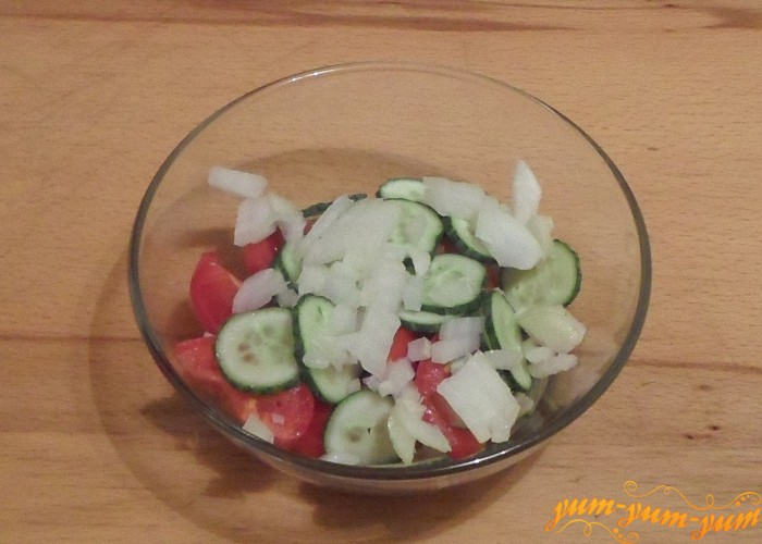 Лук для салата нарезать кубиками или колечками