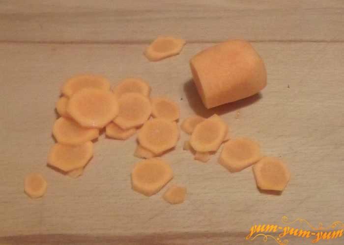 Морковь помыть, почистить и нарезать тонкими колечками