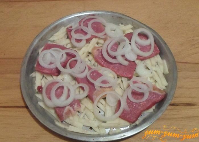 На картофель положить кусочки мяса с луком