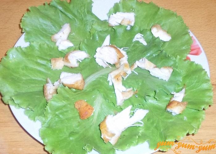 Небольшие кусочки курицы выложить поверх салата