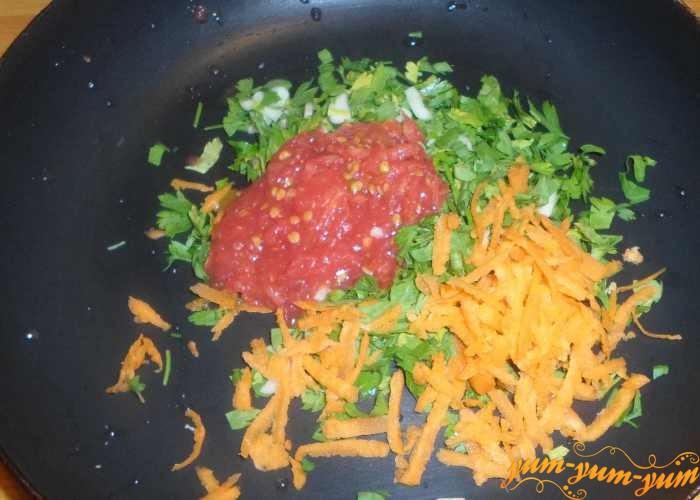Обжарить чеснок и добавить морковь и помидоры