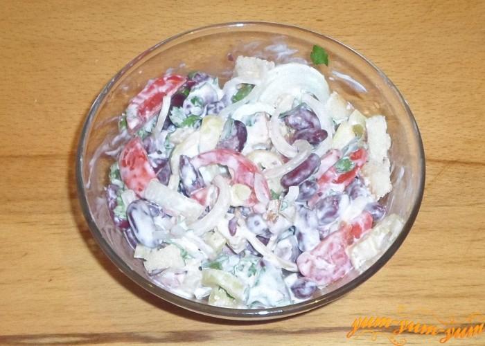 Один салат из сухариков, помидоров и фасоли заправляем майонезом