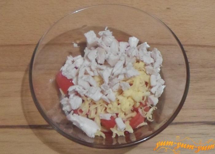 Остывшую куриную грудку измельчить ножом и добавить в салат