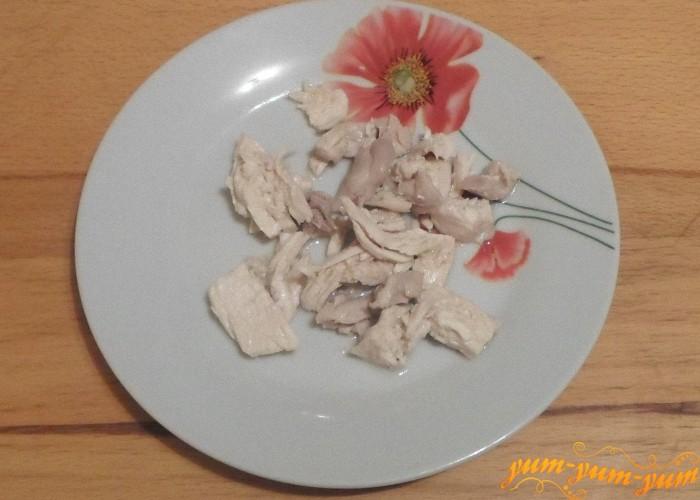 Отварное мясо выложить на отдельную тарелку и охладить