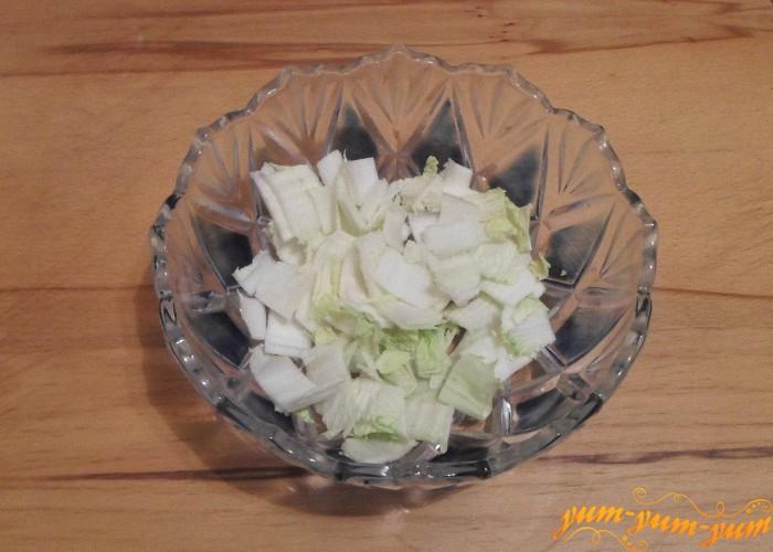 Пекинскую капусту нарезать средними кусочками