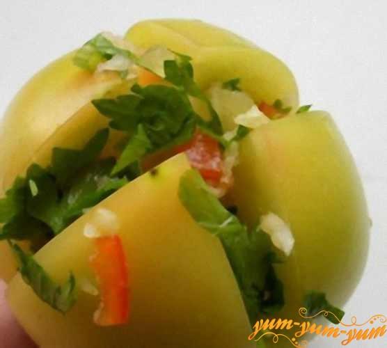 Перец и чеснок смешать и положить эти овощную смесь в нарезы