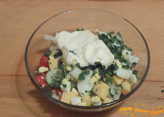 Перед подачей к столу салат нужно будет посолить и заправить майонезом