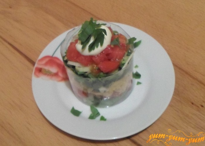 Положить чайную ложку майонеза и украсить салат петрушкой
