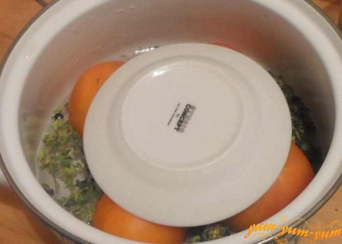 Положить гнет сверху желтых или зеленых помидоров