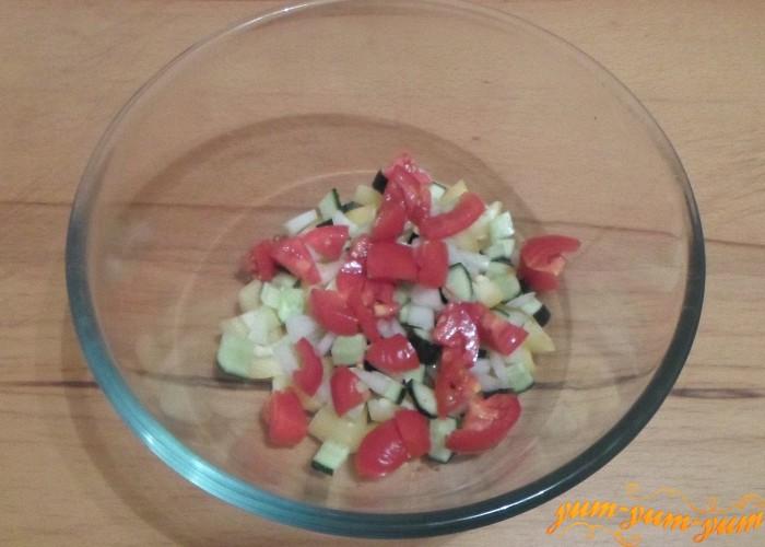 Помидоры для салата нарезать кубиками