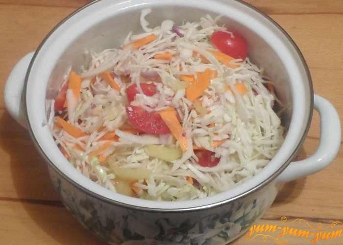 Поставить кастрюлю с овощным салатом на средний огонь