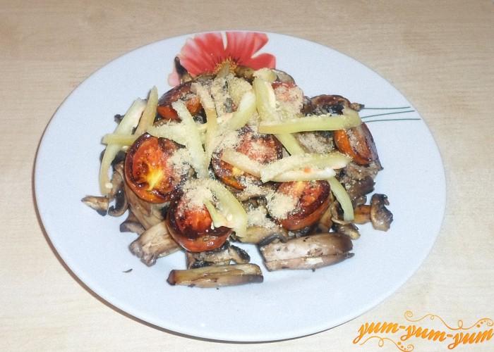 Посыпать салат из жареных грибов и помидоров сыром