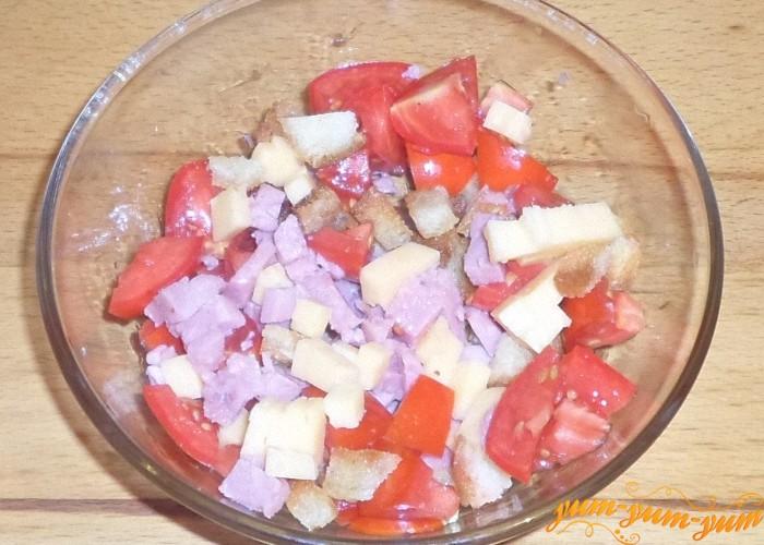 Посыпать салат с ветчиной сухариками
