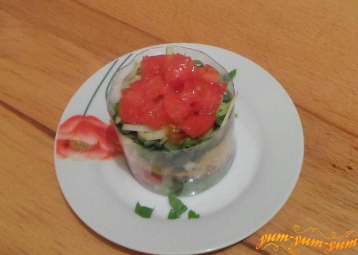 Поверх лука выложить слой помидоров
