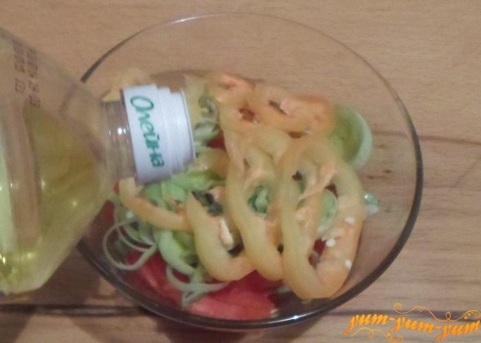 Простой салат из помидоров заправить растительным маслом