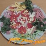 Рецепт приготовления салата из помидоров, огурцов, сыра и колбасы