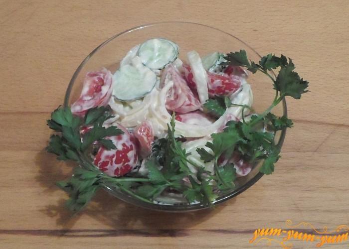 Салат из помидоров и огурцов с майонезом подаем к столу