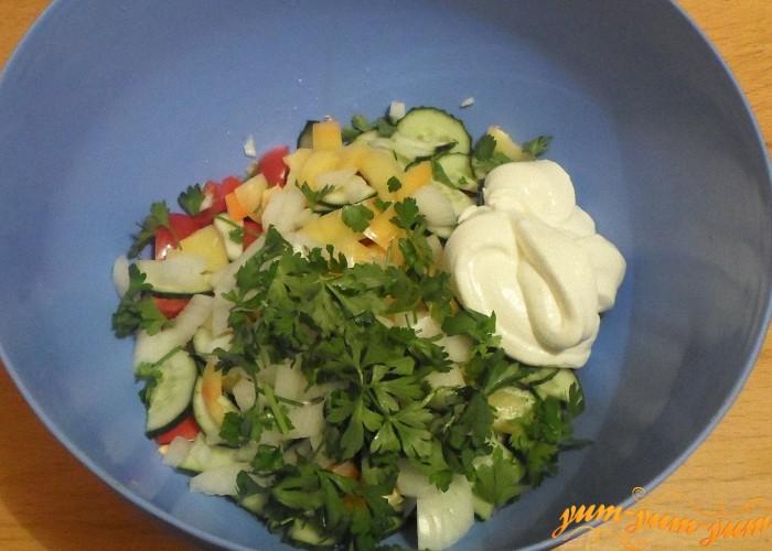 Салат из помидоров и огурцов заправить сметаной