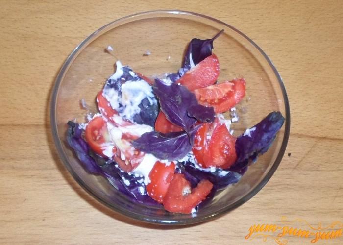 Салат с базиликом и помидорами подаем к столу