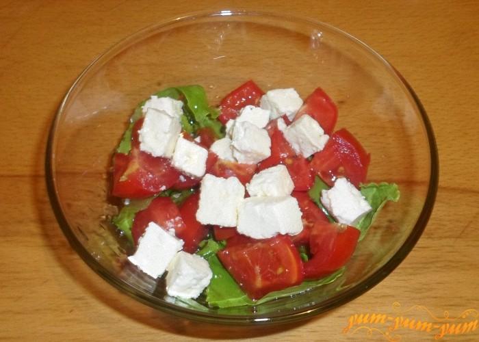 Салат с моцареллой и помидорами можно подавать к столу