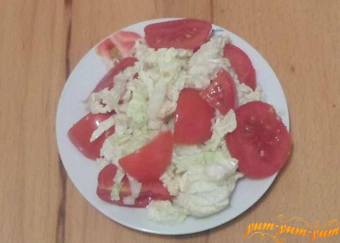 Салат с пекинской капустой и помидорами подаем к столу