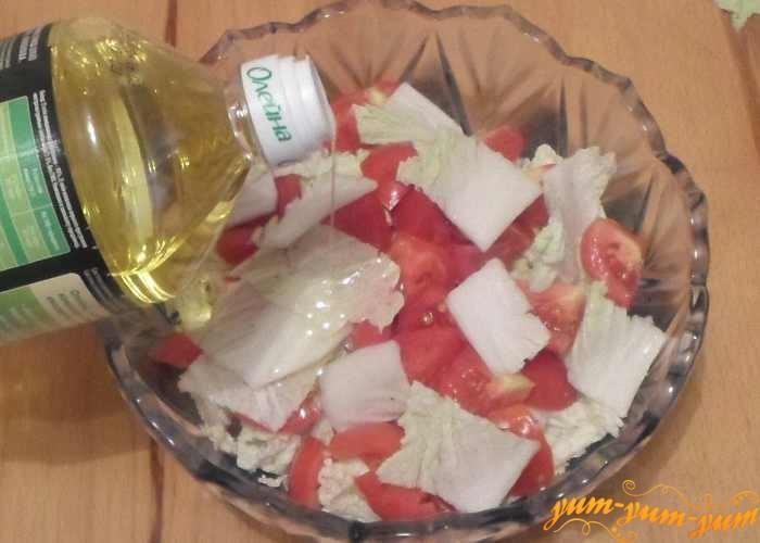 Салат с пекинской капустой и помидорами заправить маслом