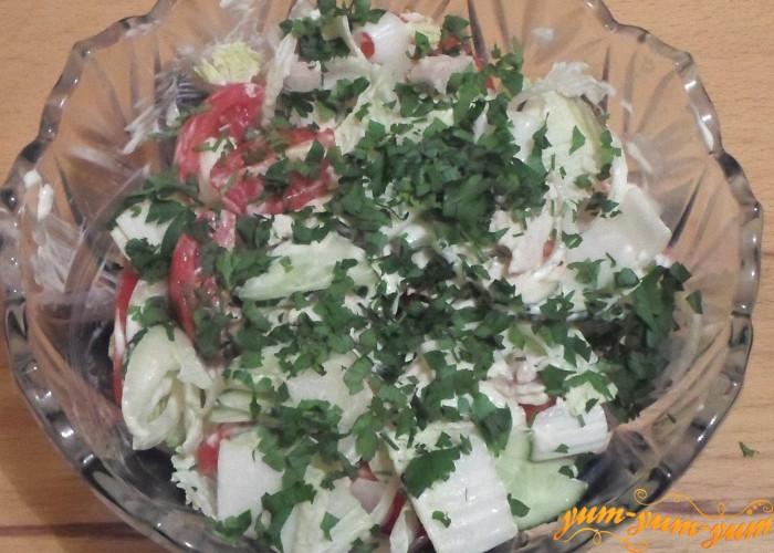 Салат с пекинской капустой, помидорами, огурцами и перцем подаем к столу