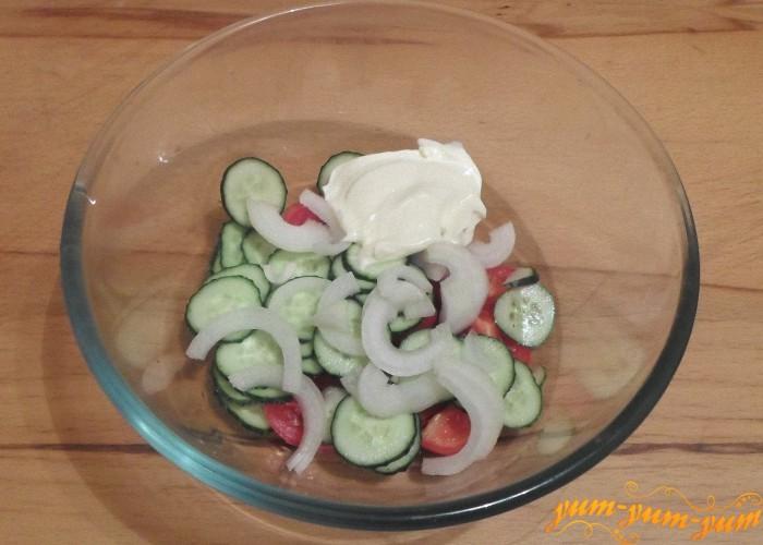 Салат с помидорами, огурцами заправить майонезом