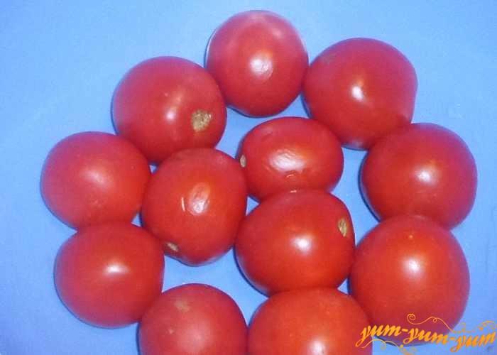 Спелые, но крепкие помидоры, нужно помыть и немного обсушить