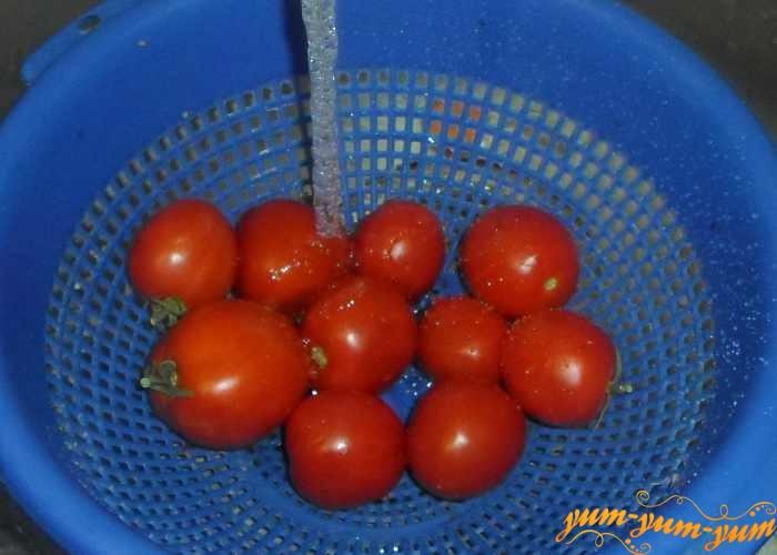 Спелые, но не мягкие помидоры нужно хорошо перебрать и помыть