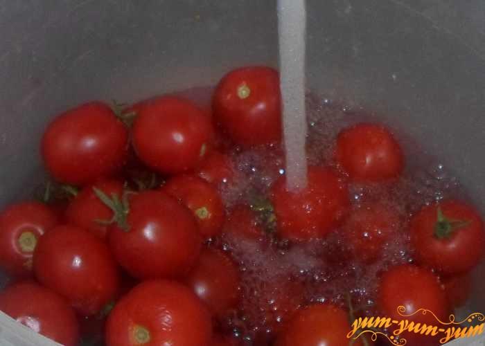 Спелые помидоры для сока нужно хорошо промыть в воде