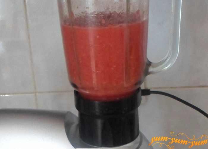 Спелые помидоры любого размера измельчите в блендере