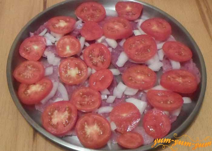 Сверху лука выкладываем кусочки помидоров