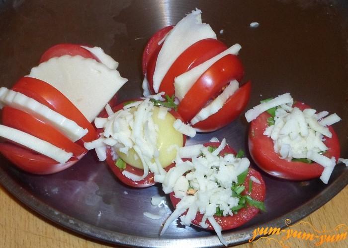 Сверху посыпать тертым сыром и поставить на противень