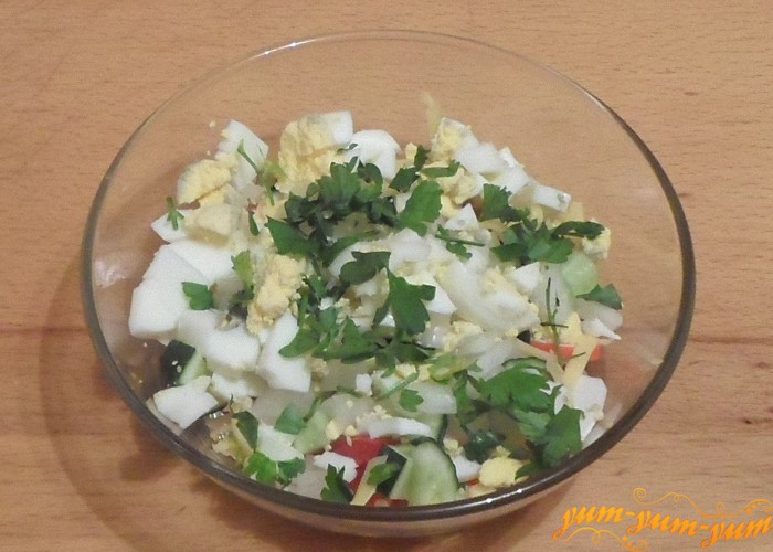 Сверху салата выложить слой яиц и зелени