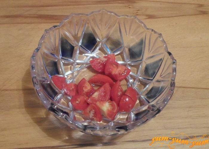 svezhie-pomidory-i-narezat-krupnymi-kusochkami