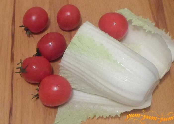 Свежую пекинскую капусту и помидоры хорошо промыть