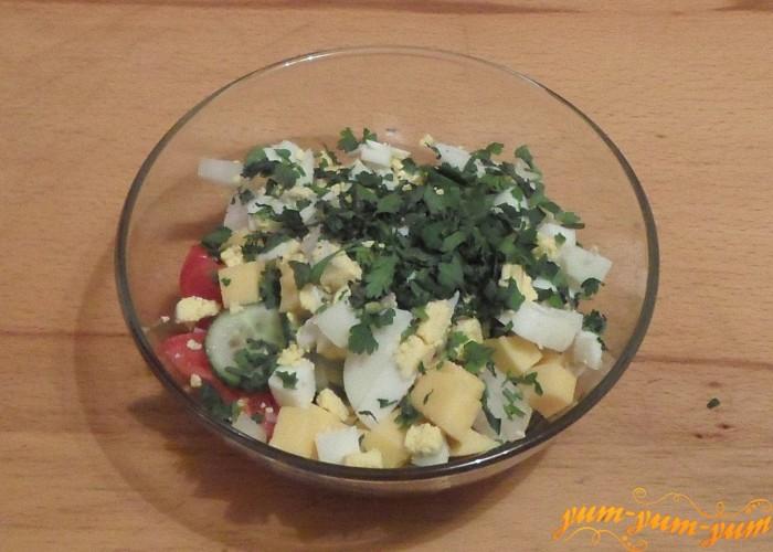 Свежую зелень нарезать очень мелко и добавить к овощам